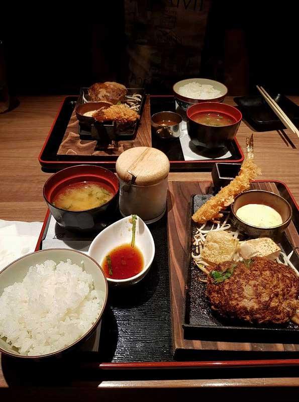ウナギとハンバーグ。日本人の好みと同じですね!(シンガポール賃貸のMikanのシンガポール日記)